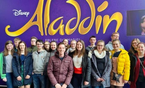 Jugendgruppe in Stuttgart vor dem Musical-Besuch (Aladdin, 2020)