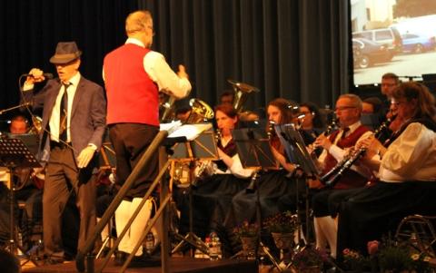 Kurt Stieffenhofer singt unter Begleitung der Winzerkapelle Kröv beim Osterkonzert 2017