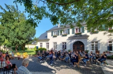 Jugend-Orchester KOMM und JOMM spielen vor dem Gutshaus im Karolingerhof