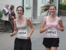Zweil Läuferinnen des Musikvereins beim Mitternachtslauf 2015